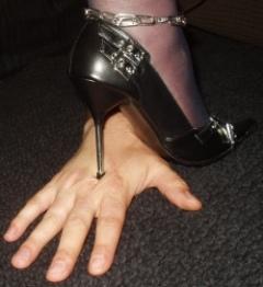 первый наступить каблуками на руки раба наполнила наши бокалы